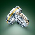 Zdjęcie reklamowe dwóch złotych obrączek z diamentami